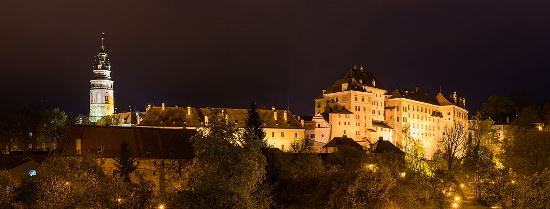 Panorama of Český Krumlov castle at night
